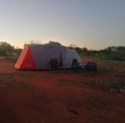 soli in tenda nel deserto rosso